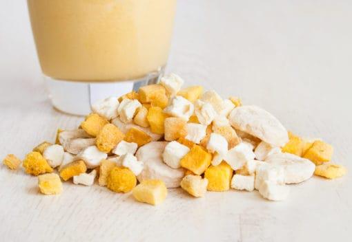 Smoothie aus gefriergetrockneten Mangos, Bananen und Ananas