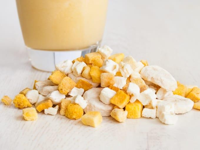 Smoothie Mischung aus gefriergetrockneten Mangos, Bananen und Ananas.
