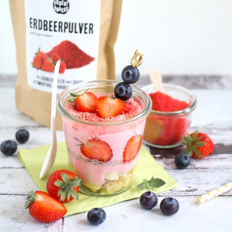 Joghurtbowl mit gefriergetrocknetem Erdbeerpulver und frischen Früchten